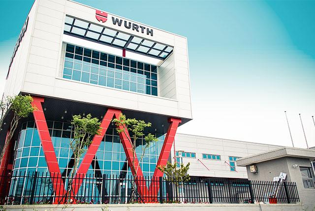 Mit dem 2016 fertiggestellten Verwaltungs- und Logistikgebäude am taiwanesischen Standort Houlong, Miaoli, schafft Würth die Basis für weiteres Wachstum. Bei all der modernen, innovativen Architektur darf das traditionelle Würth Rot natürlich nicht fehlen.