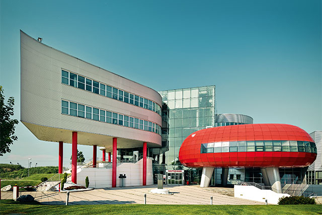 A building that caters to the needs of its employees while at the same time inspiring awe – this describes the headquarters of Würth Austria in Böheimkirchen. The striking silhouette effuses artistic elegance, and even the interior is dominated by dynamic shapes and forms.