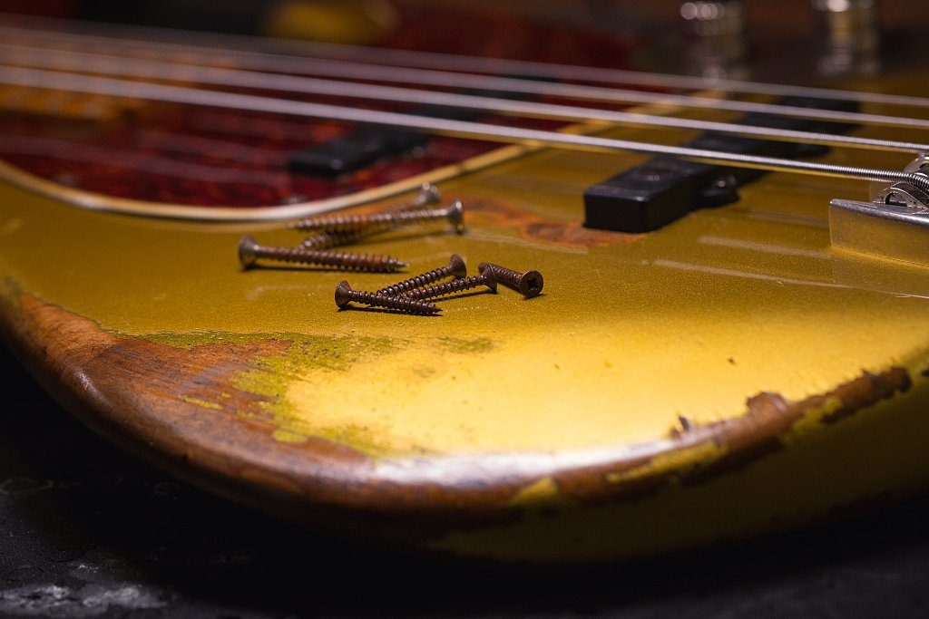For a vintage bass, Würth screws are prepared in acid baths and vibrating units to make them rust.